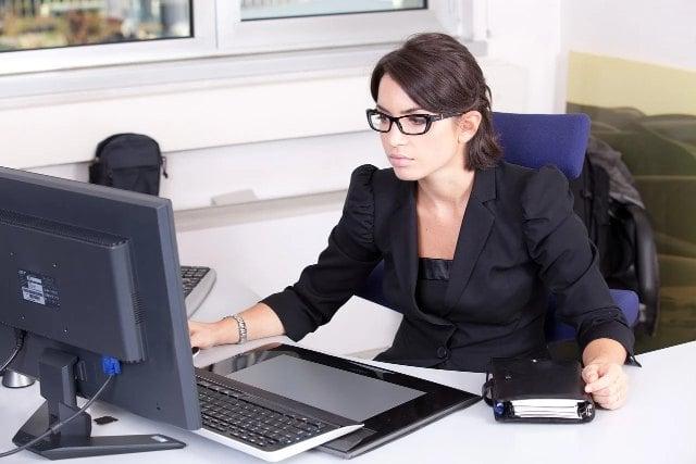 girl-computer-online- terapist-min